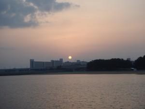 堤防から朝日