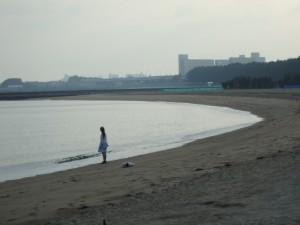海辺に一人佇む少女