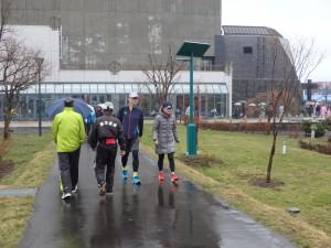 雨にもめげず 集まるランナー達 傘が無い人も