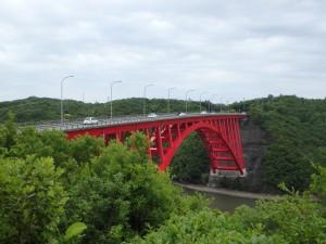 赤いきれいな的矢の橋