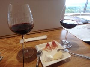 ラウンジでワインとチーズ 隣でおじさんが寝ていた