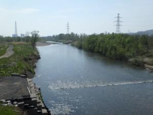 きれいな川を眺めて走る