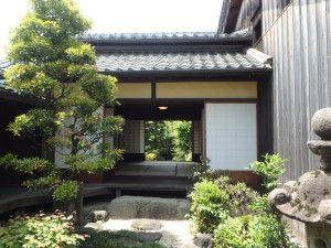 立派な庭と建物