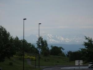 かすんでいるが 雪渓が美しい