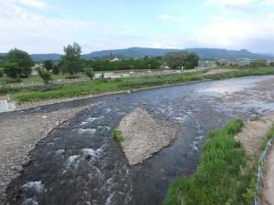 温根湯の川を渡る