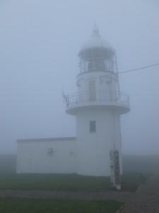 かすむ灯台