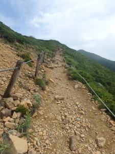 砂れきの道を登る