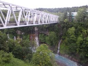 左奥が白ひげの滝