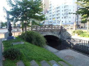 左手に札幌建設の地碑