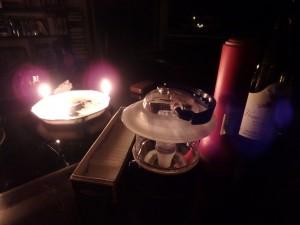 ローソクの明かり・ランタン 懐中電灯・ラジオを並べる