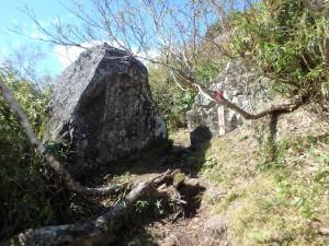 大きな岩の間を通る