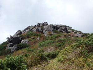 岩だらけの山頂に少しひるむ