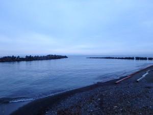 静かな浜辺に一人佇む