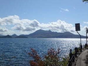 輝く湖面と有珠山