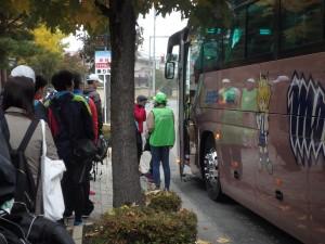 全国から集まったランナーで 混み合うマラソンバス