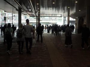 人出混み合う上野駅前