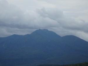 遠くにニペソツ山