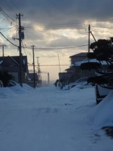 地吹雪の八丁平を走る