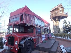 大きなバスとツリーハウス