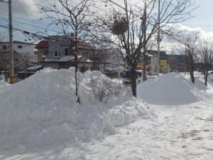 歩道に積み上げられた雪山