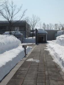 入口は雪の壁