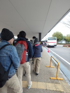 バスを待つランナー達