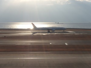 夕日を浴びて離陸する ジェット機