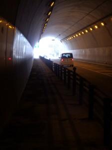 上り坂のトンネルを抜ける