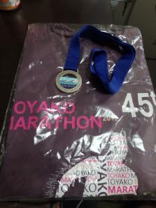 もらってうれしい 完走メダルと参加賞のTシャツ