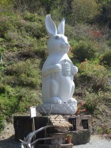巨大なウサギの仏像