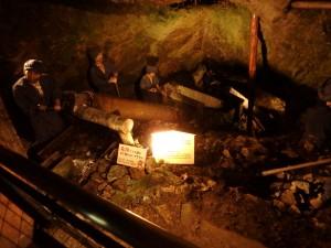 暗い穴で働く人々
