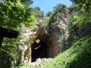 巨大な穴が地下深く 掘られている