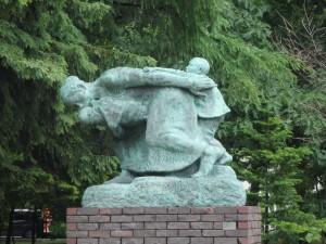 美術館の庭にある像