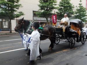 女子が馬を挽く