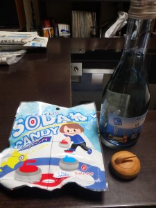 キャンディと日本酒に 木のカーリングストーン