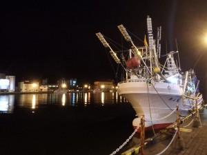 夜の釧路川と漁船