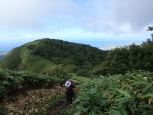 稜線上に登山道が続く