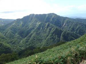 裏から見た逞しい稀府岳
