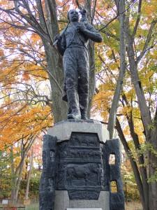 逞しく立派な銅像