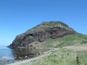 大きな岩の大野亀