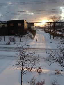 部屋から冬の朝日