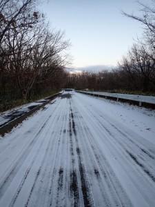 凍てついた道を走る