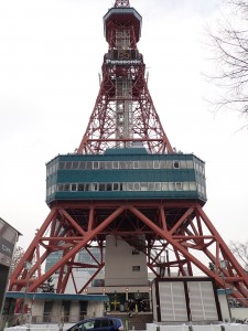 大きなテレビ塔 寒くても人がいっぱい