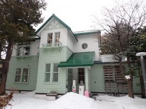 右半分が旧永山武四郎邸で 左半分が旧三菱鉱業寮
