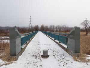 チリリン橋を渡る
