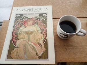 画集を見ながら コーヒーを飲む