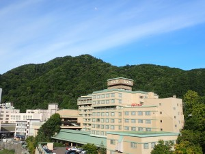 宿から朝日岳を望む