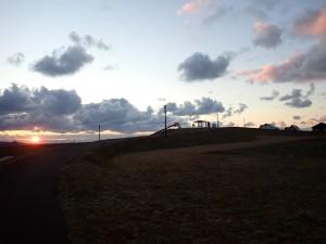 夕日を眺める 数人の人影