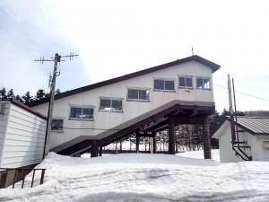 こ線橋と雪山