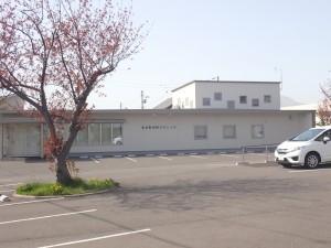 白いシンプルな建物